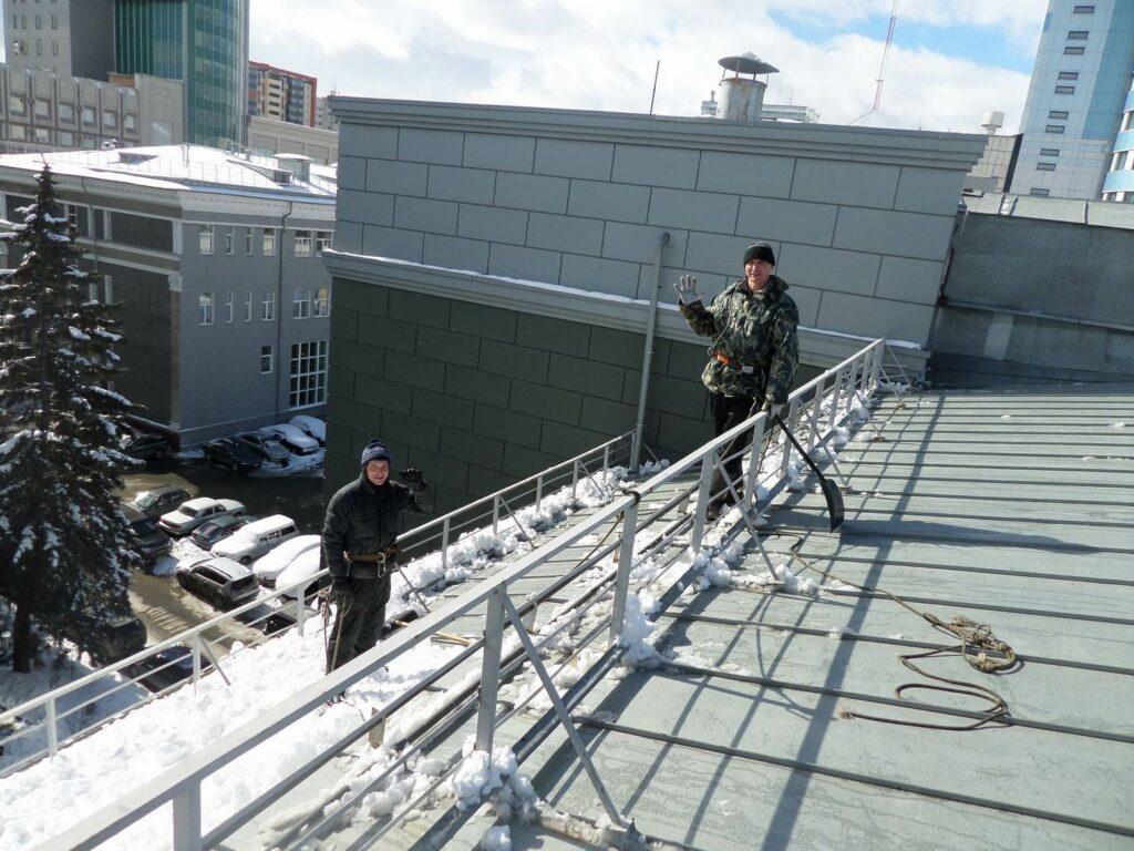 Очистка снега с крыши