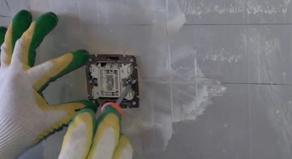 Прикрепление выключателя к подрозетнику